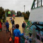 Jongeren skaten voor skatepark